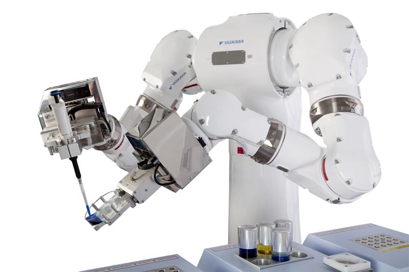 Tvåarmad laboratorierobot MOTOMAN-CSDA10F.